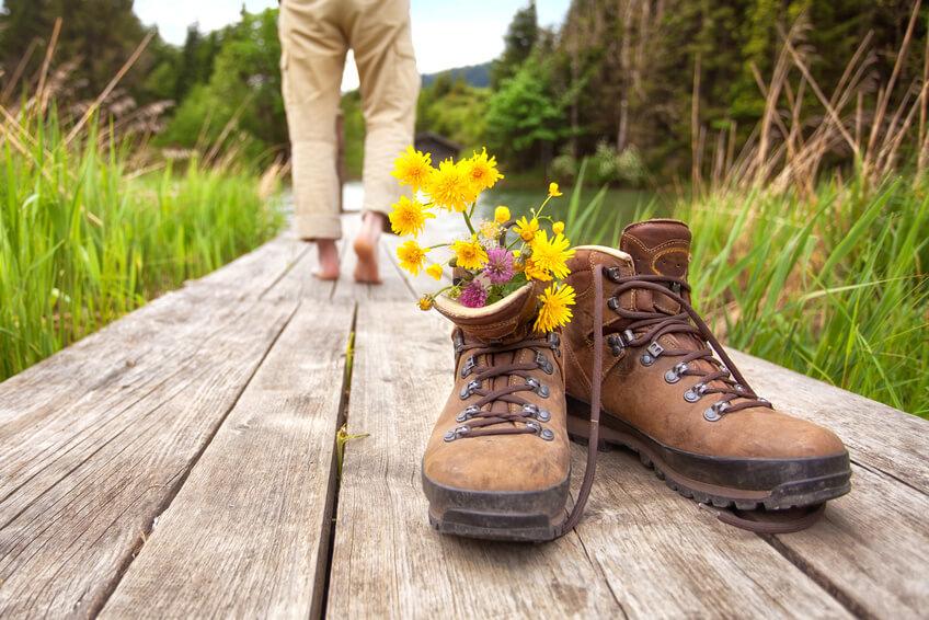 Wanderer macht Pause am Steg